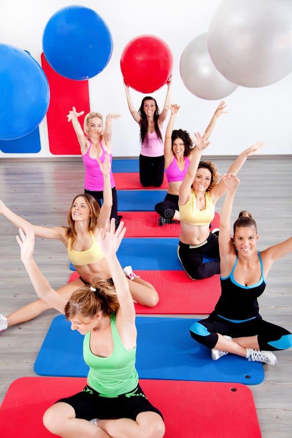 La gente che fa i pilates alla ginnastica fotografia stock libera da diritti
