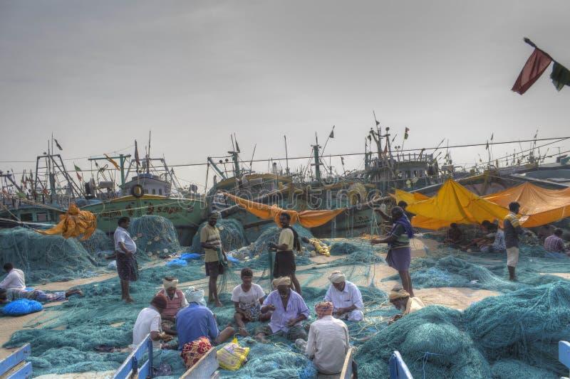 La gente che fa rete da pesca immagini stock libere da diritti