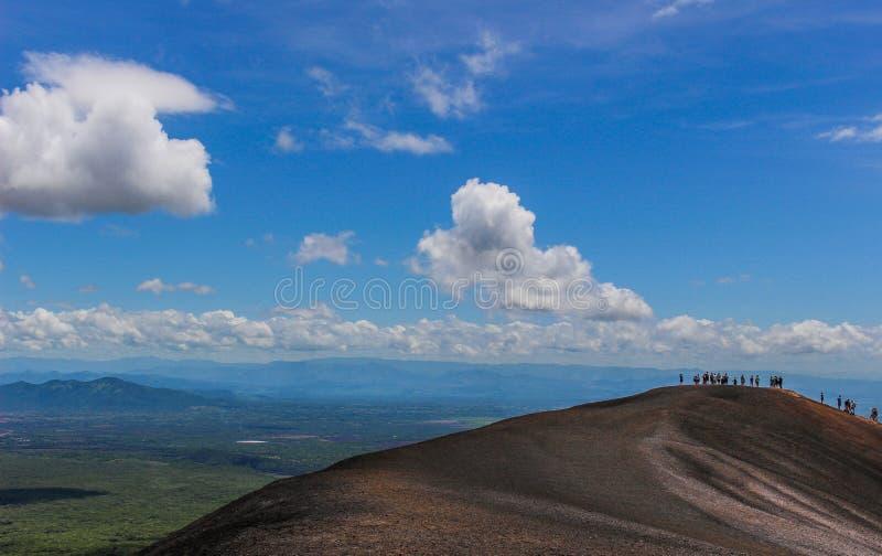La gente che fa un'escursione attraverso il vulcano immagini stock