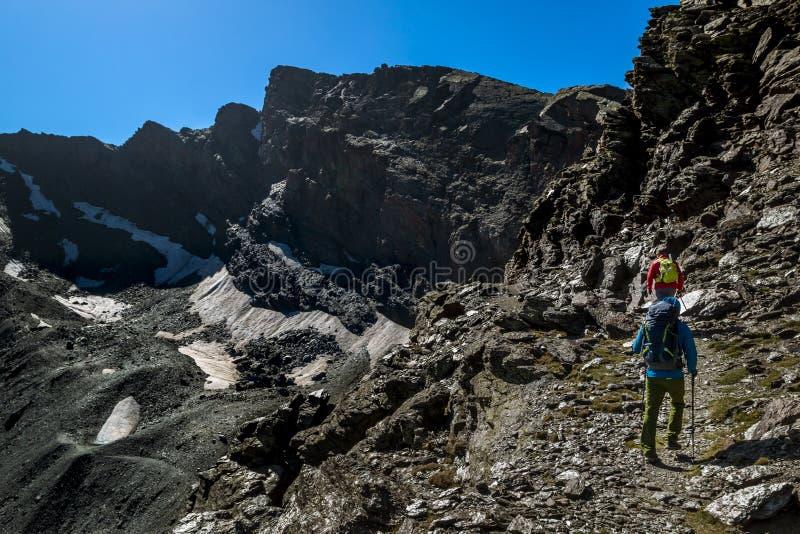 La gente che fa un'escursione in montagne in Sierra Nevada, Granada immagini stock