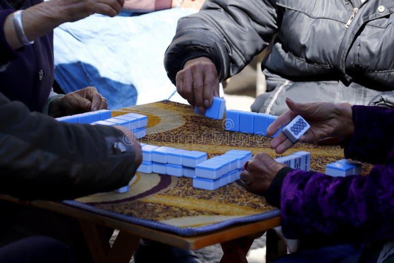 La gente che gioca gioco cinese nel villaggio di Shigu nella provincia del Yunnan, Cina fotografie stock libere da diritti