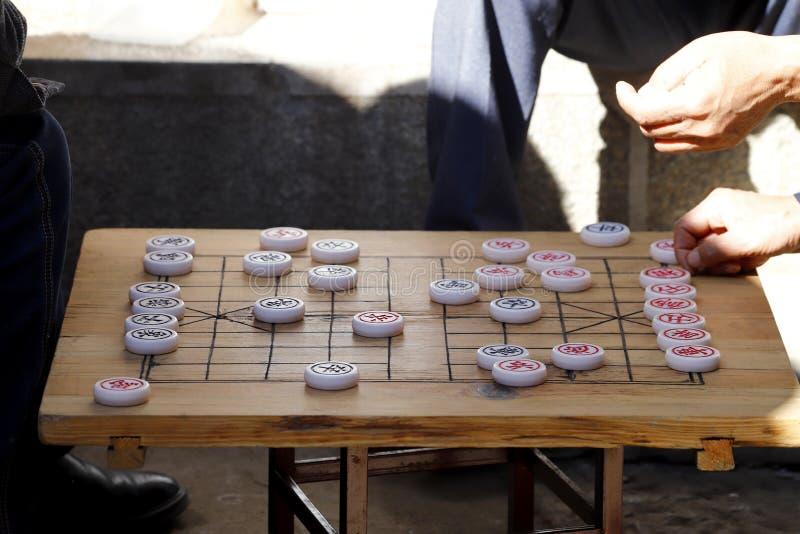 La gente che gioca gioco cinese in una via nel villaggio di Shigu nella provincia del Yunnan, Cina immagine stock libera da diritti