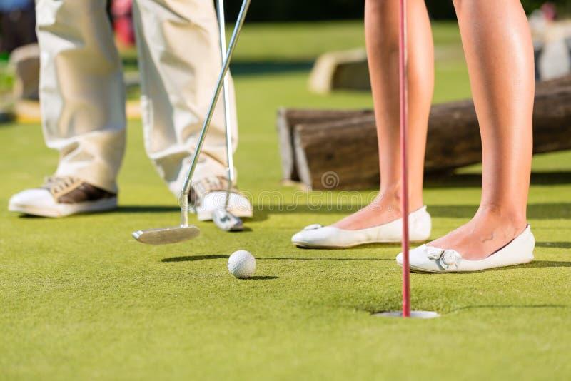 La Gente Che Gioca Golf Miniatura All Aperto Fotografia Stock Libera da Diritti