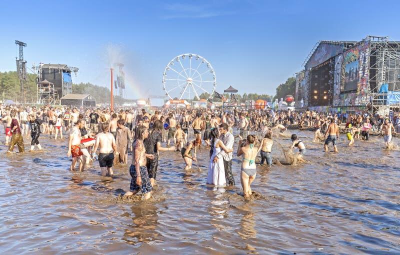 La gente che gioca nel fango durante il 21th festival Polonia di Woodstock immagine stock