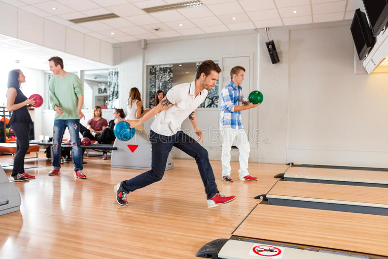 La gente che gioca in vicolo di bowling fotografia stock libera da diritti