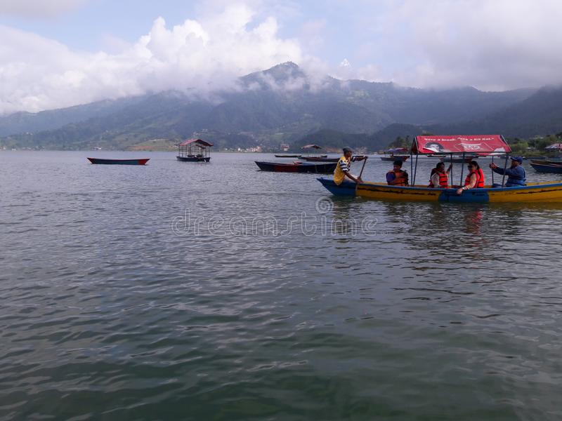 La gente che gode del canottaggio del lago sul bello lago situato in Pokhara, Nepal fotografia stock