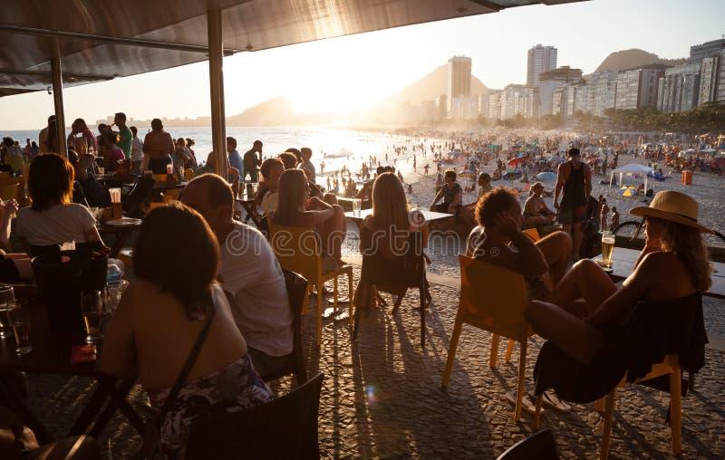 La gente che gode dell'estate in spiaggia di Copacabana fotografie stock libere da diritti