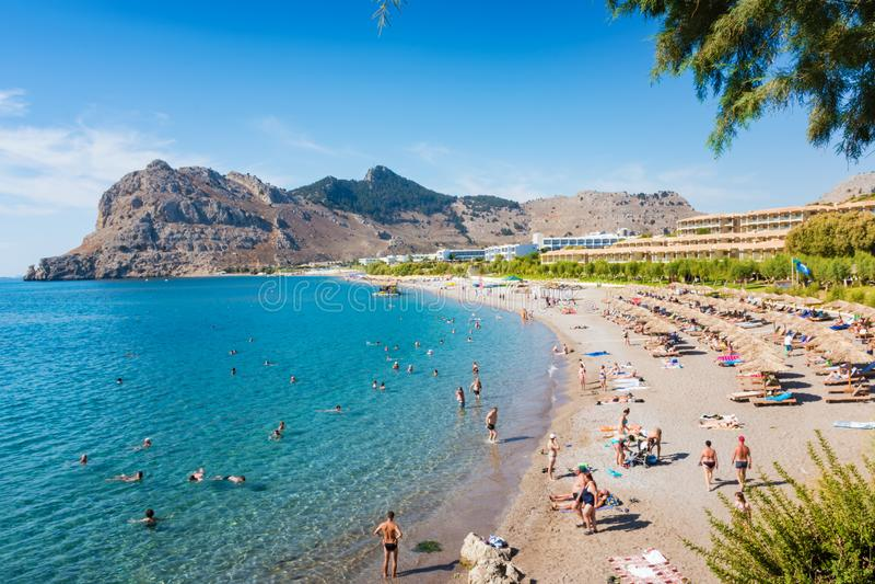 La gente che gode della loro vacanza sulla spiaggia Rodi, Grecia di Kolymbia fotografia stock
