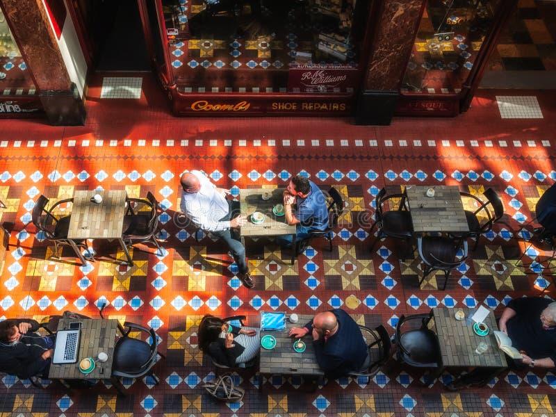 La gente che gode di un caffè alla galleria del filo a Sydney immagini stock