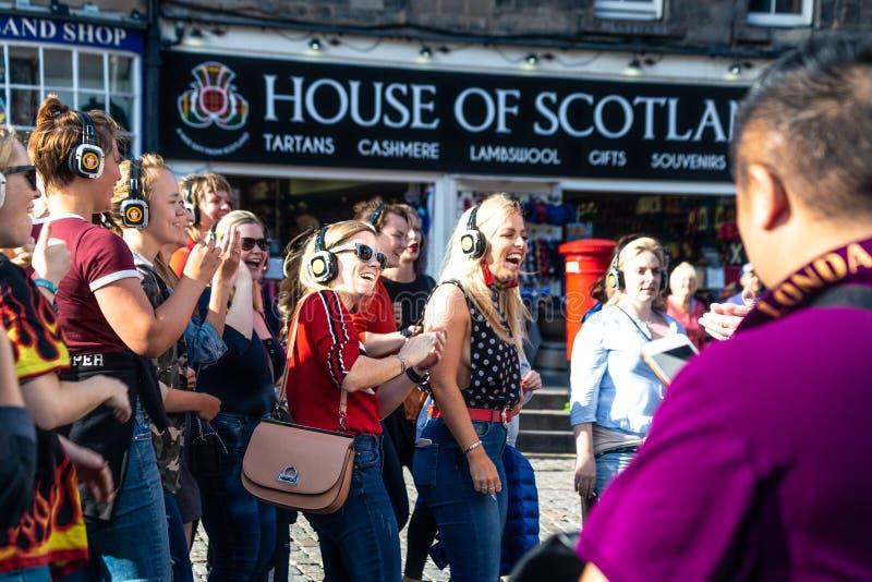 La gente che gode di una discoteca silenziosa al festival 2018 della frangia di Edimburgo sul miglio reale fotografia stock