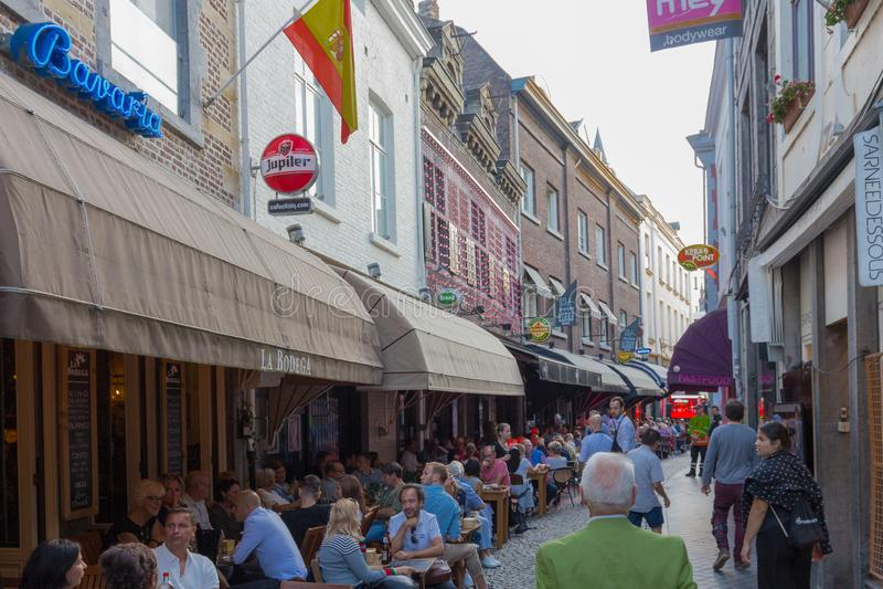 La gente che godono dell'alimento e delle bevande sui terrazzi e vie a Maastricht del centro immagini stock libere da diritti