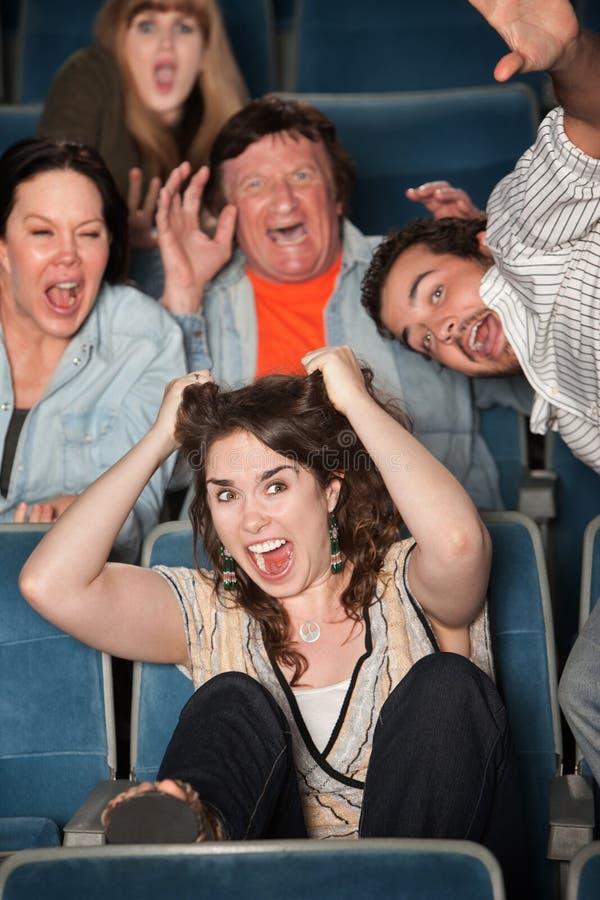 La gente che grida nel teatro immagine stock libera da diritti