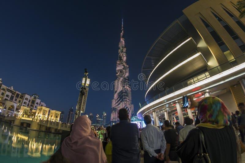La gente che guarda Burj Khalifa dalla fontana del centro commerciale del Dubai immagine stock