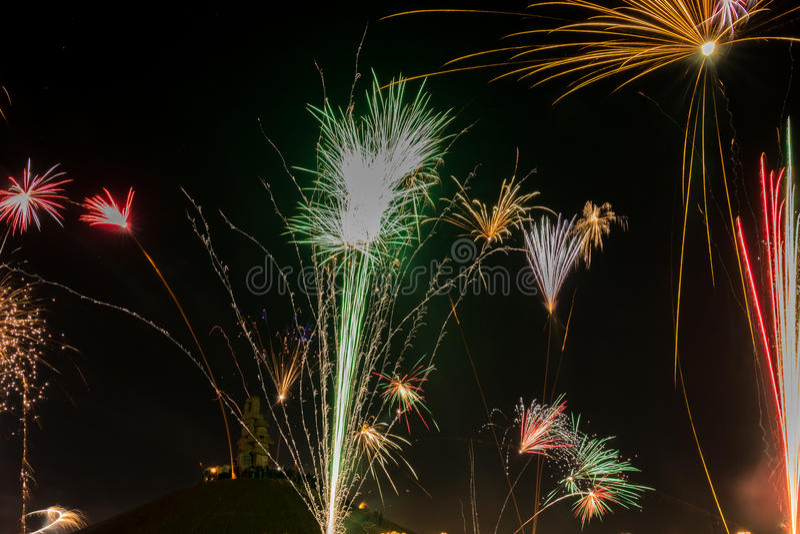 La gente che guarda le celebrazioni ed i fuochi d'artificio del nuovo anno al ` di Himmelsleiter del ` a Bochum, Germania, 2016 fotografia stock libera da diritti