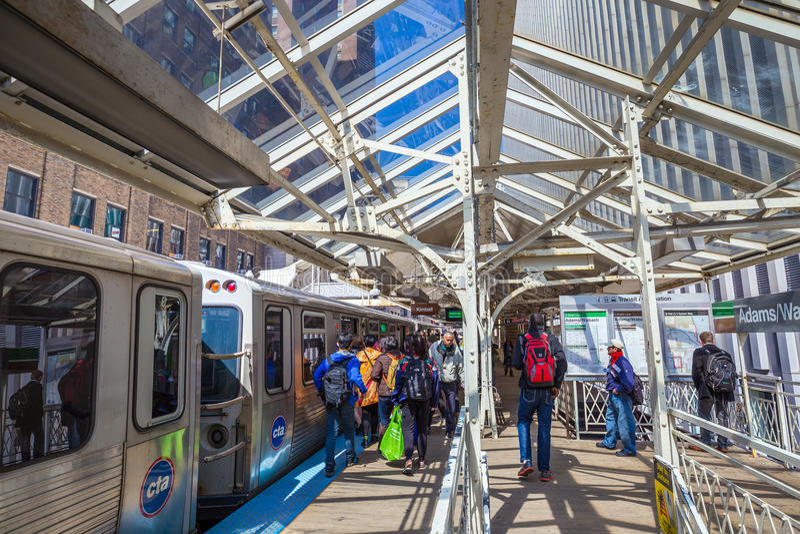 La gente che guida Metra in Chicago fotografia stock