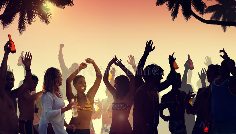 La gente che ha un partito dalla spiaggia immagine stock