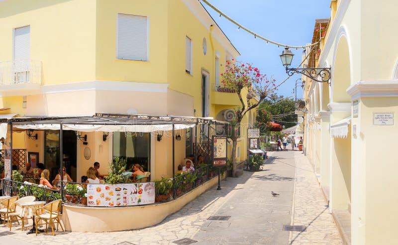 La gente che ha un resto in un caffè della via sull'isola di Capri immagine stock