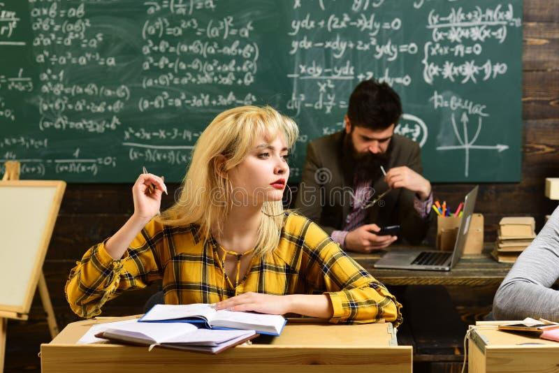 La gente che impara istruzione e concetto della scuola - mani degli studenti con la scrittura dei manuali o dei libri Gli student immagini stock