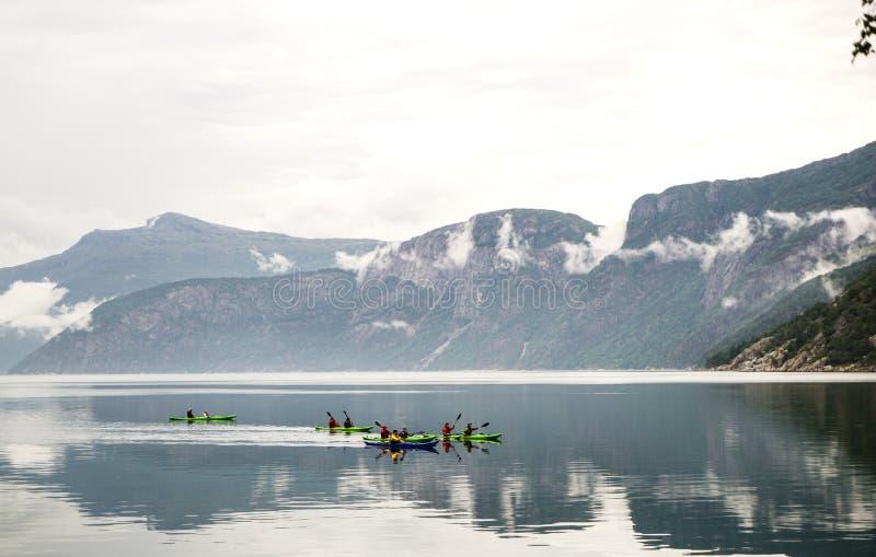 La gente che kayaking immagine stock