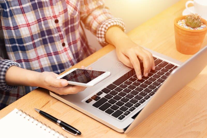 La gente che lavora dalla casa facendo uso del computer portatile del taccuino e dello Smart Phone nel luogo di lavoro, fronte an fotografie stock
