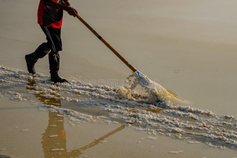 La gente che lavora nel giacimento del sale marino in Tailandia fotografia stock