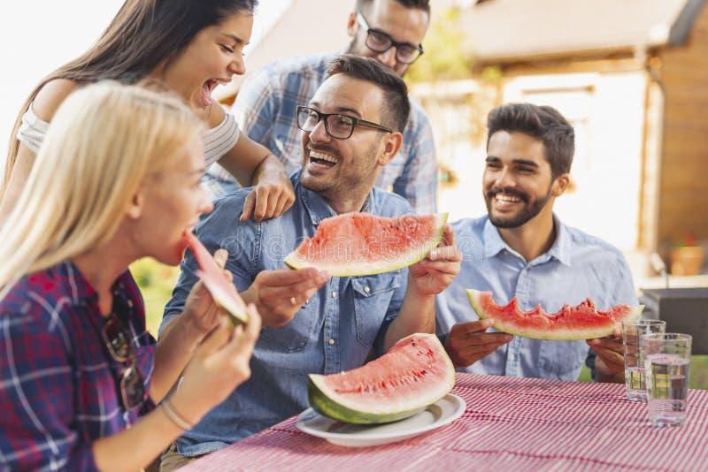 La gente che mangia anguria fotografia stock