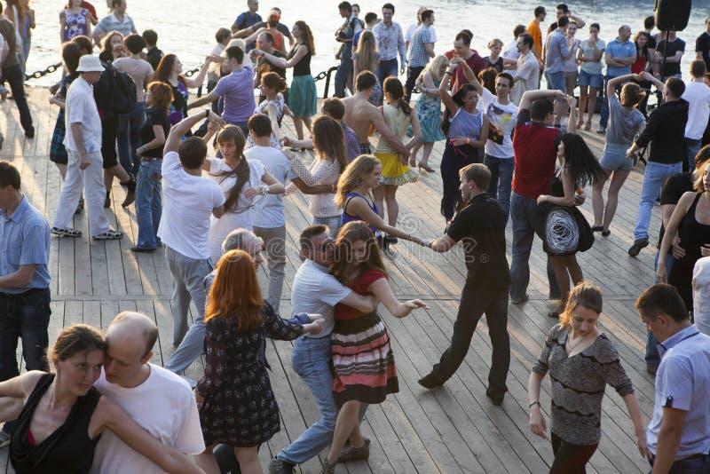 La gente che partecipa alla classe di dancing pubblica libera di estate a fotografia stock libera da diritti