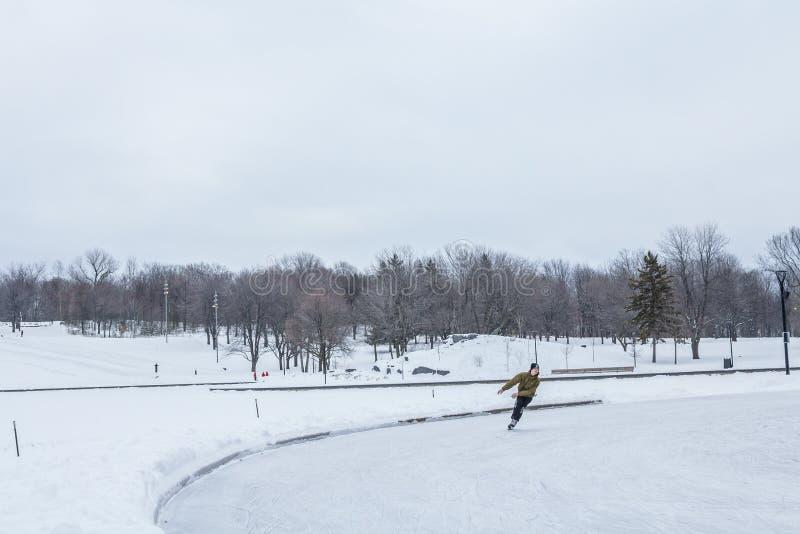 La gente che pattina sul ghiaccio su Mont Royal, a Montreal, la Quebec, Canada immagini stock libere da diritti