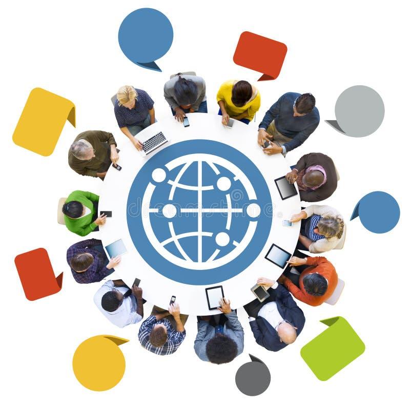 La gente che per mezzo dei dispositivi di Digital con il simbolo del globo fotografie stock