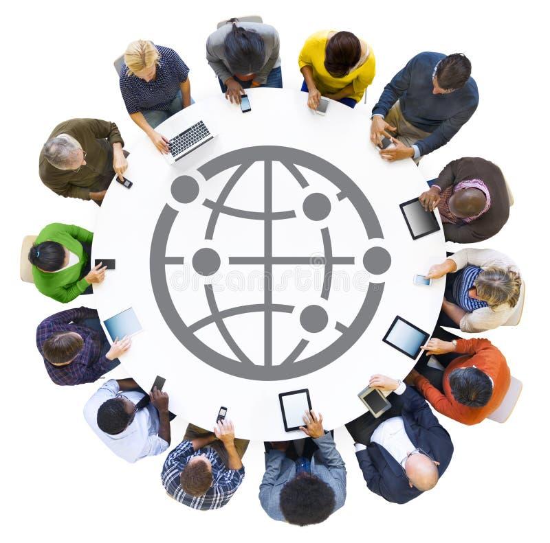 La gente che per mezzo dei dispositivi di Digital con il simbolo del mondo illustrazione vettoriale