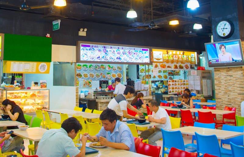 La gente che pranza il corridoio dell'alimento Singapore fotografia stock libera da diritti