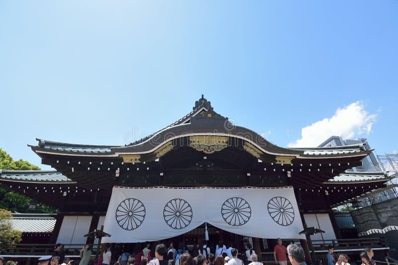 La gente che prega al santuario Yasukuni a Tokyo, Giappone fotografie stock libere da diritti