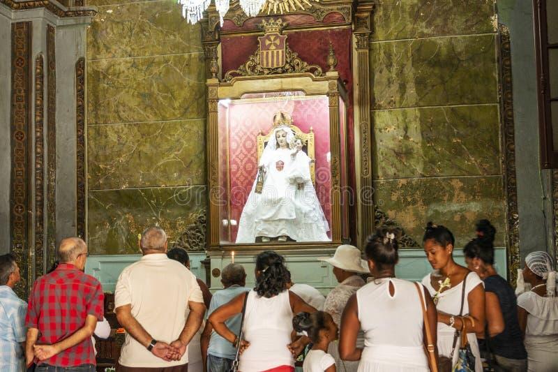 La gente che prega nella chiesa di Havana Cuba fotografia stock
