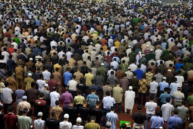 La gente che prega in una moschea - Jakarta, Indonesia fotografia stock