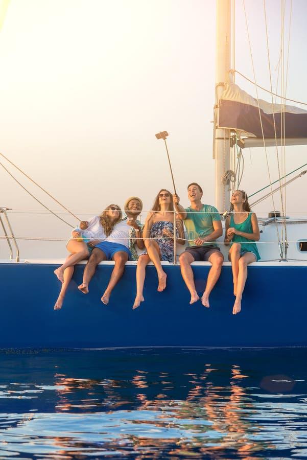 La gente che prende i selfies sull'yacht immagini stock