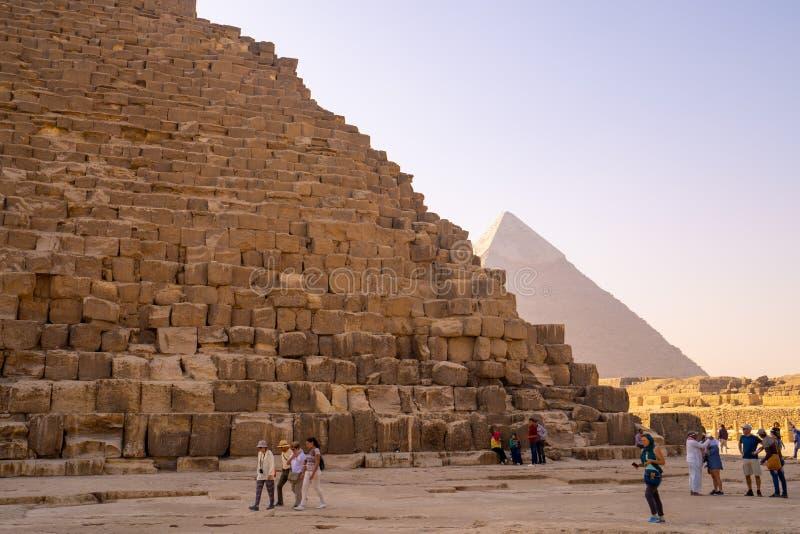 La gente che prende le foto e i selfies vicino alle piramidi di Giza immagine stock