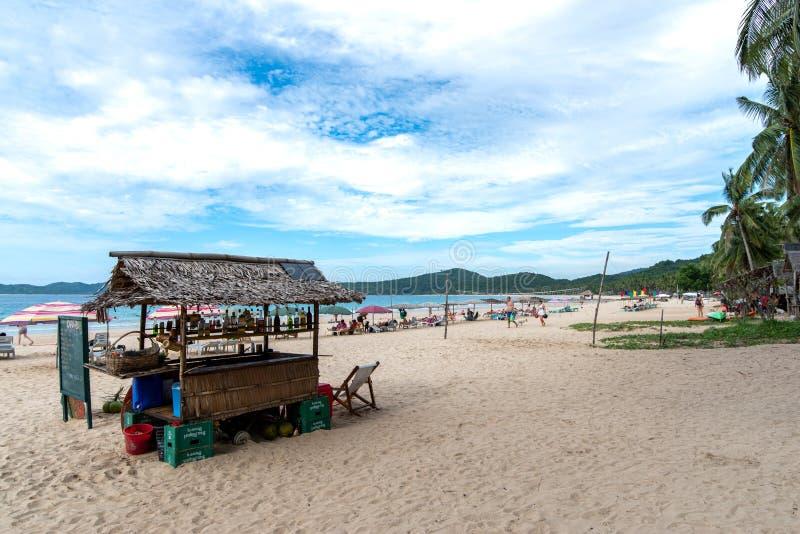 La gente che richiede una vacanza sulla spiaggia di Nacpan al nido di EL, Palawan, Filippine 19 novembre 2018 fotografia stock