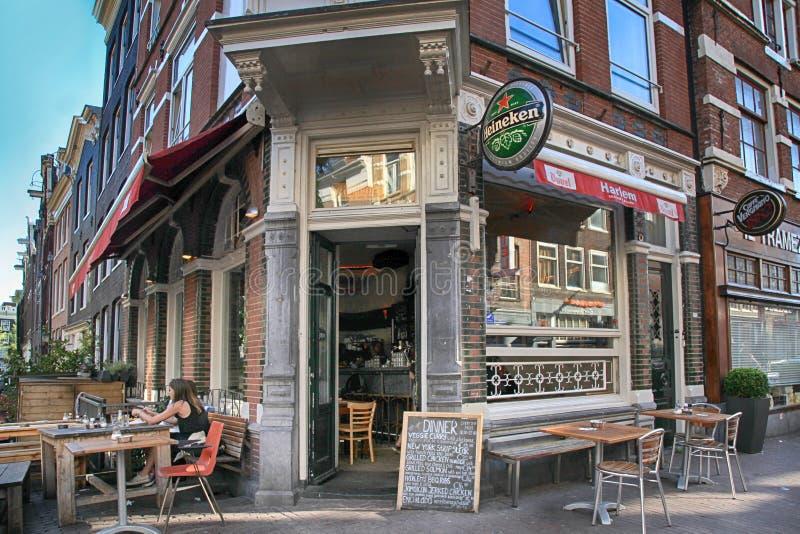La gente che riposa in caffè all'aperto tradizionale, Amsterdam, Netherlan fotografia stock libera da diritti