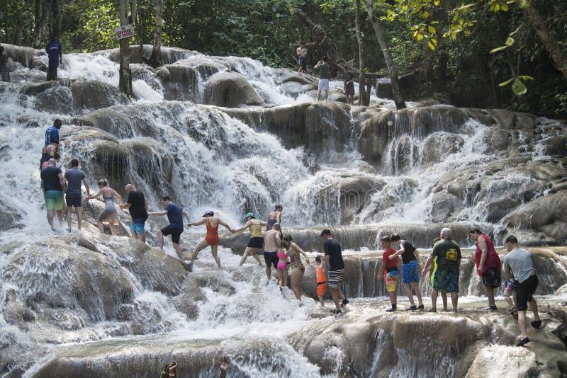 La gente che scala il fiume del ` s di Dunn cade, la Giamaica fotografia stock libera da diritti