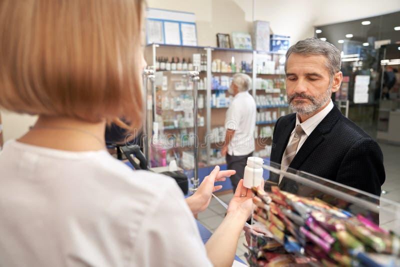 La gente che sceglie, medicinali bying in farmacia fotografia stock libera da diritti