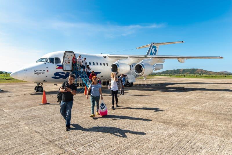 La gente che scende l'aereo all'aeroporto di Busuanga, Palawan, Filippine, il 14 novembre 2018 immagine stock