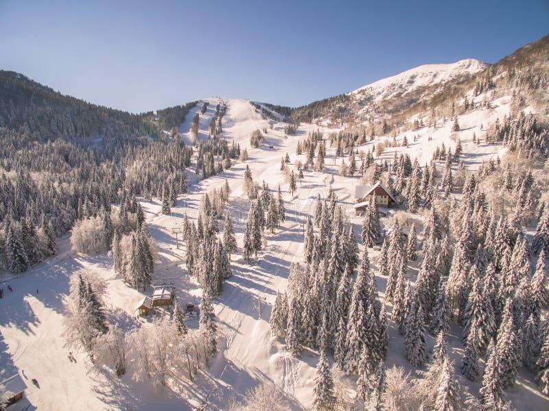 La gente che scia in un bello Snowy Ski Resort At Winter fotografia stock libera da diritti
