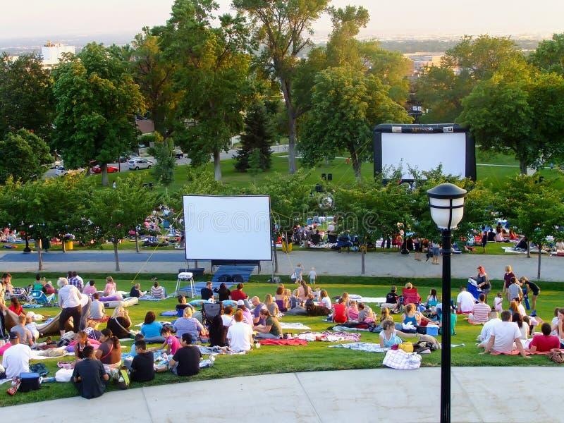 La gente che si prepara per guardare film a Capitol Hill a Salt Lake immagini stock libere da diritti