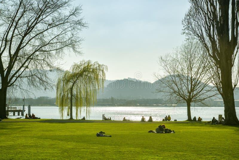 La gente che si rilassa nel piccolo parco vicino al museo di trasporto alle rive del lago Lucerna in città di Lucerna fotografia stock