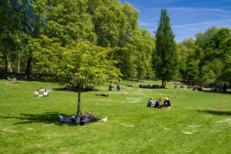 La gente che si rilassa nel ` s di St James parcheggia, Londra fotografia stock libera da diritti