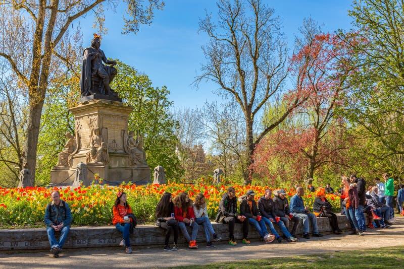 La gente che si rilassa nel Vondelpark fotografia stock libera da diritti