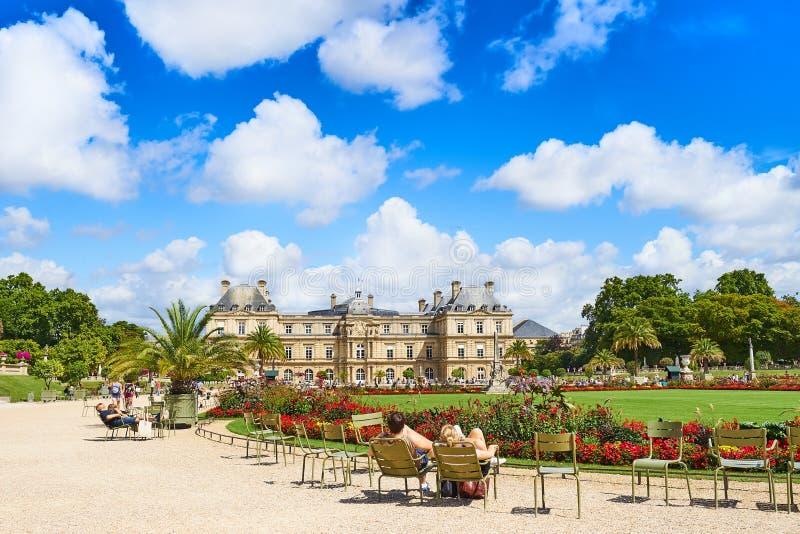 La gente che si rilassa a Parigi Lussemburgo fa il giardinaggio, Jardin du Lussemburgo immagini stock