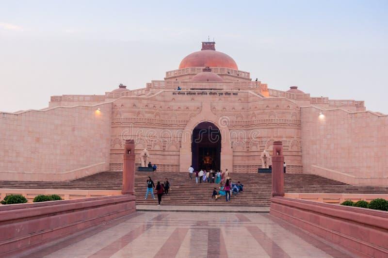 La gente che si siede all'entrata dello Stupa a Ambedkar parcheggia immagini stock libere da diritti