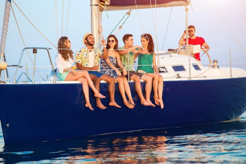 La gente che si siede su un yacht immagini stock