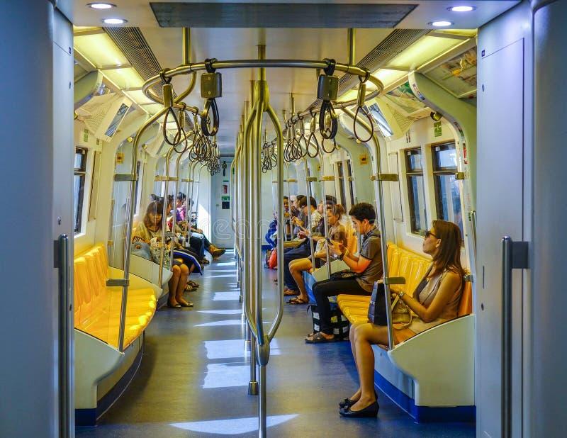 La gente che si siede sul treno di BTS fotografia stock